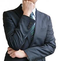 投資法を考えるビジネスマン