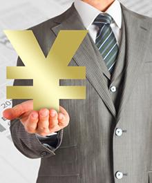 法人口座の投資を解説するビジネスマン